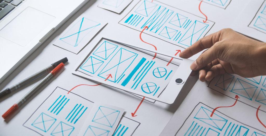 Etudiant en train de réaliser un parcours utilisateur sur tableau blanc.
